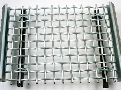 There is a crimped wire mesh vibrating screen.